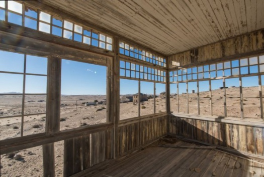 Kolmanskop , la ville fantôme sous le sable du temps. -